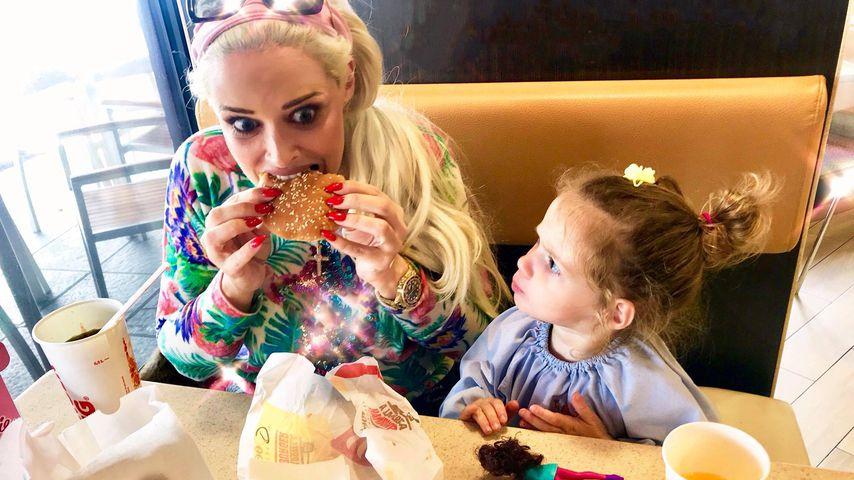 Freche Katze: Daniela mopst Tochter Sophia den Cheeseburger!