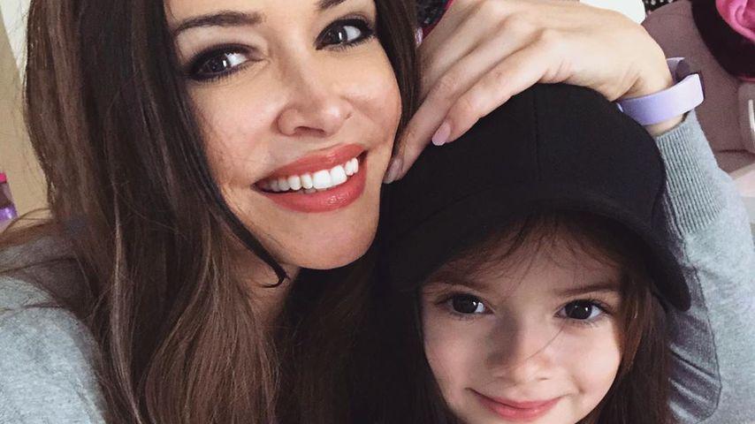 """Ganz die Mama: Sophia feiert """"Perücken-Party"""" mit der Katze"""