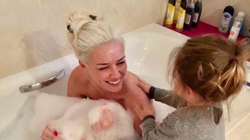 Katzenwäsche: Klein-Sophia schrubbt Mama Dani den Rücken!