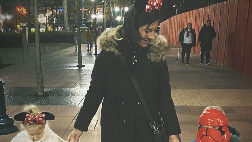 Danni Büchner mit ihren Zwillingen Jenna und Diego im Disneyland Paris