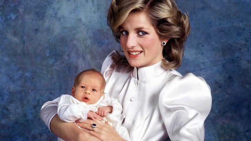Prinzessin Diana mit Prinz Harry auf dem ersten offiziellen Baby-Foto 1984