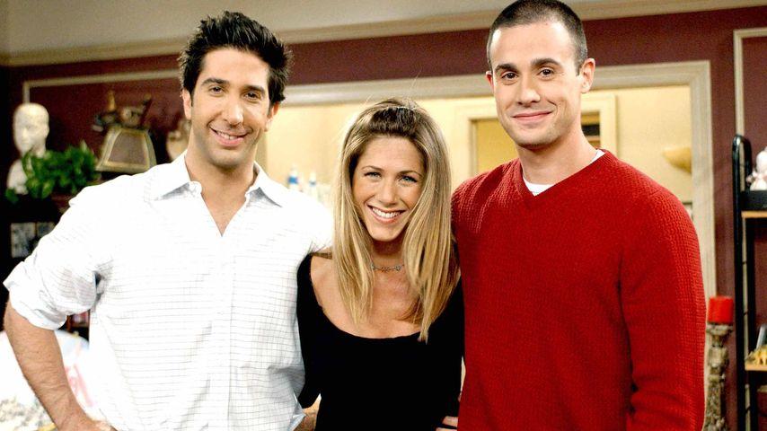 """David Schwimmer mit Jennifer Aniston und Freddie Prinze Jr. am """"Friends""""-Set im Jahr 2002"""