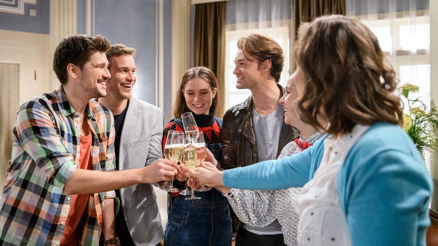 """Der Cast von """"Sturm der Liebe"""" nach der Verlobung von Tobias (Max Beier) und Boris (Florian Frowein)"""