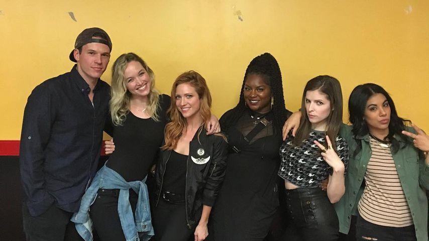 """Der """"Pitch Perfect""""-Cast mit Rollerblades"""