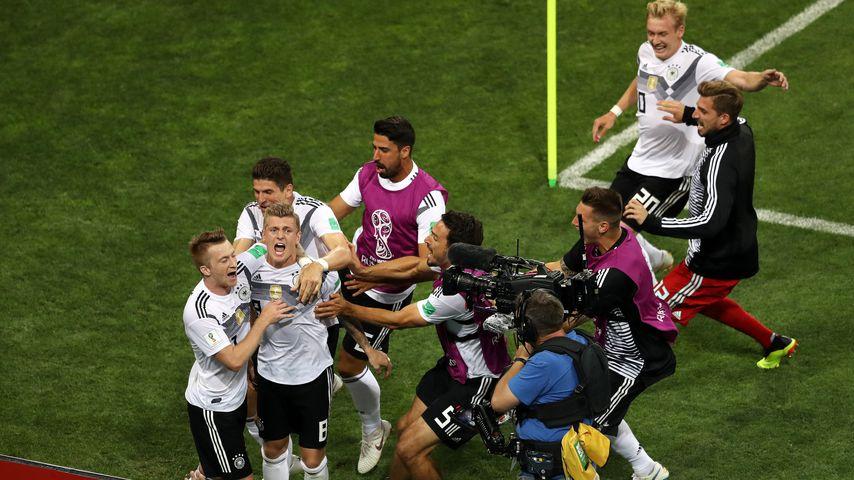 Deutsche Fußballnationalmannschaft nach dem Tor von Toni Kroos gegen Schweden