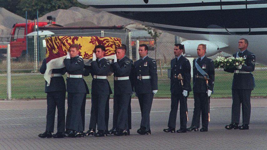 Dianas Sarg während des Transports nach London