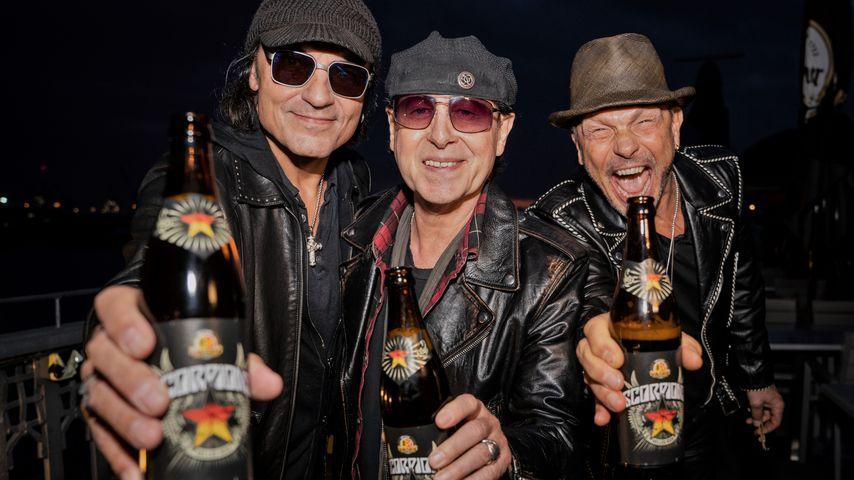 Bandmitglieder der Scorpions mit eigenem Bier, Oktober 2019