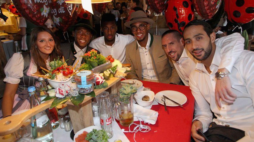 Wiesn 2015: Katja Butylina und David Alaba mit den Spielern Coman, Boateng, Ribéry und Benatia