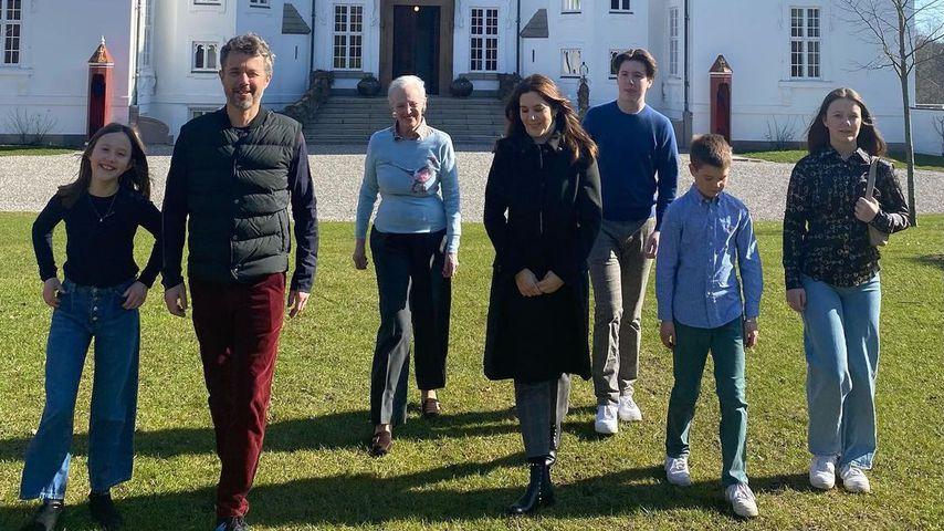 Die dänische Königsfamilie vor dem Schloss Marselisborg im März 2021