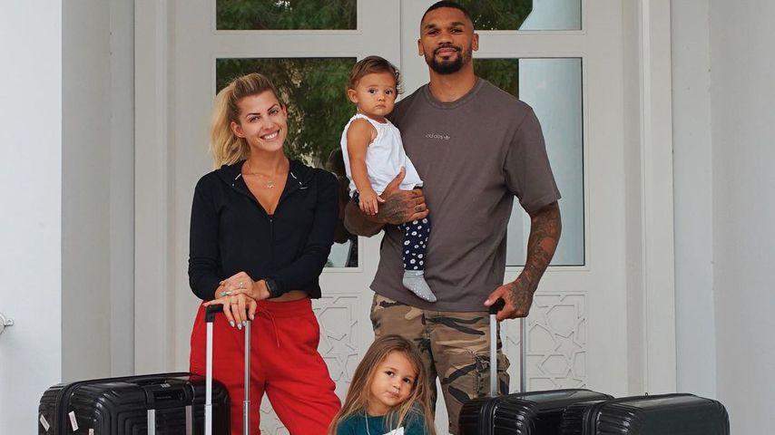 Sarah und Dominic Harrison mit ihren beiden Töchtern im Juni 2021