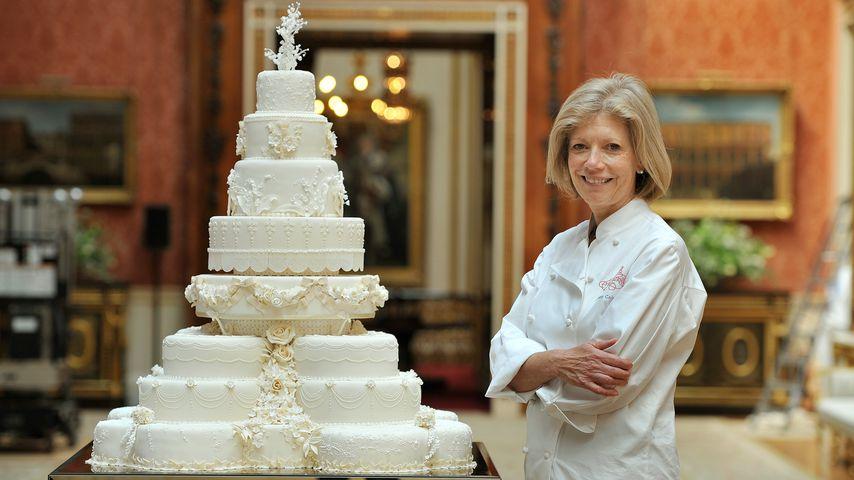 Die Konditorin Fiona Cairns mit Prinz William und Herzogin Kates Hochzeitstorte, 2011