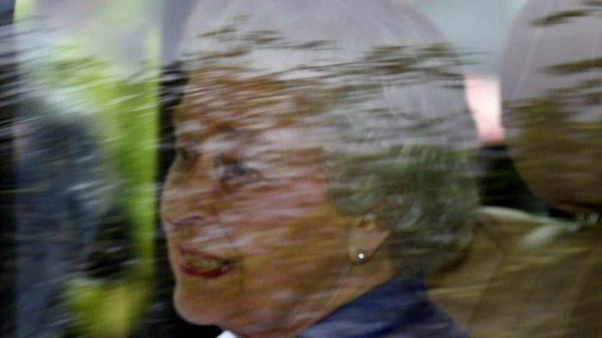 So selig grinst die Queen nach 1. Begegnung mit Charlotte