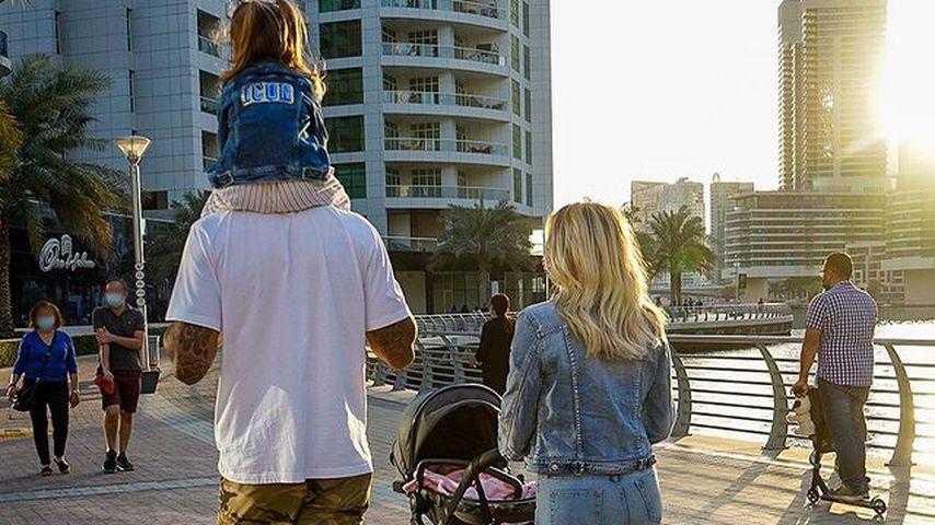 Dominic und Sarah Harrison mit ihren Kindern in Dubai