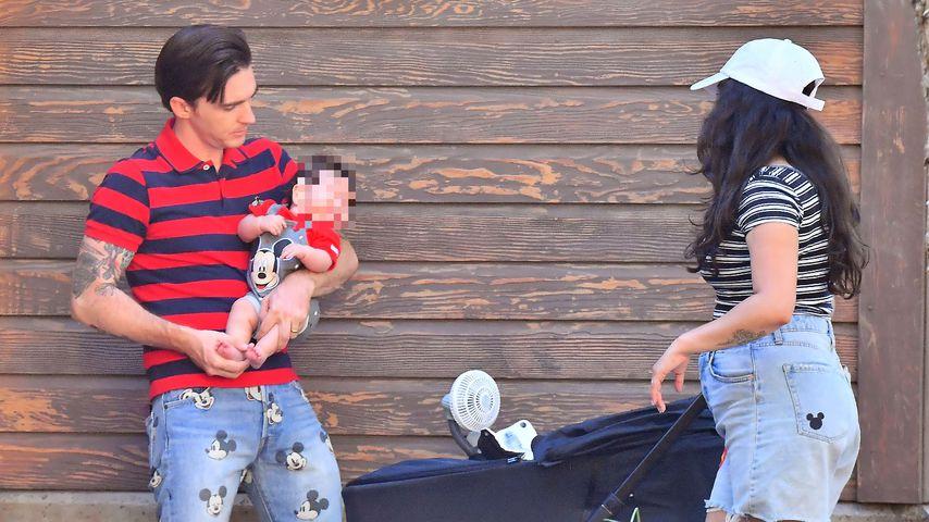 Drake Bell mit einer Unbekannten und einem Baby im Disneyland, 2021