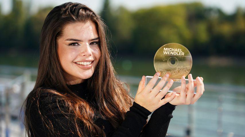DSDS-Kandidatin Alia Amri mit der goldenen CD von Michael Wendler