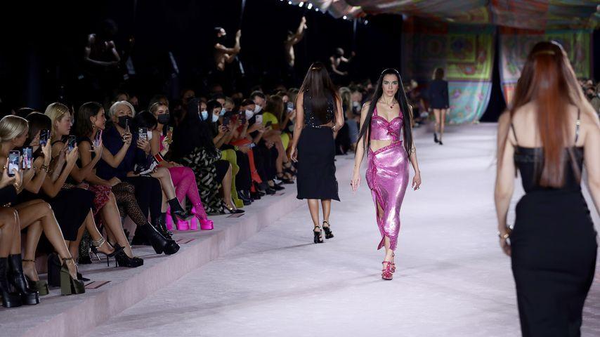 Dua Lipa für Versace auf der Fashion Week in Mailand, September 2021