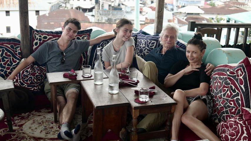 Dylan und Carys Zeta Douglas mit ihren Eltern Michael und Catherine