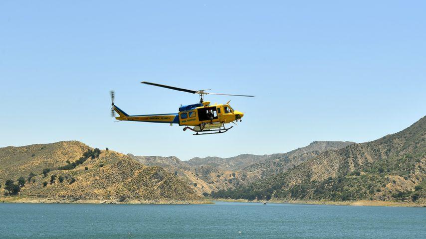 Rettungshubschrauber über dem Lake Piru