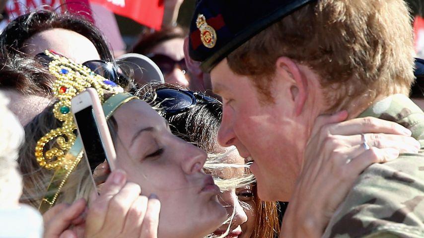 Australien-Abschied: Prinz Harry von Fan-Girl geküsst