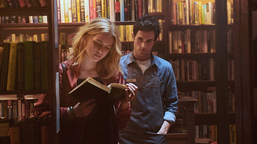 "Elizabeth Lial und Penn Badgley in ""You"", Staffel 1"