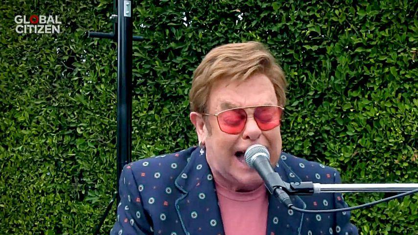 Schwere Zunge? Elton John singt lallend beim Netz-Konzert