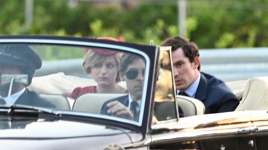 """Emma Corrin und Josh O'Connor bei den Dreharbeiten zu """"The Crown"""""""