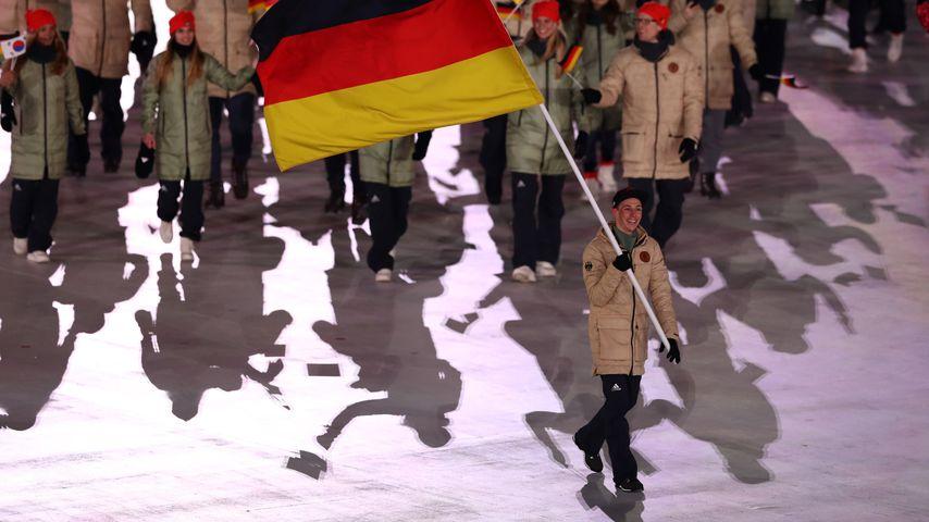 Eric Frenzel mit der Deutschland-Fahne bei Olympia 2018