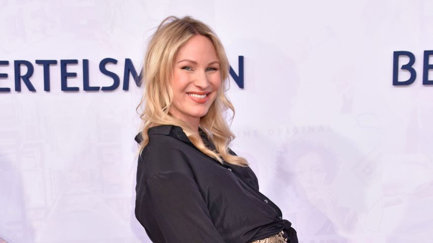 Moderatorin Evelyn Weigert zeigt Babybauch auf Red Carpet