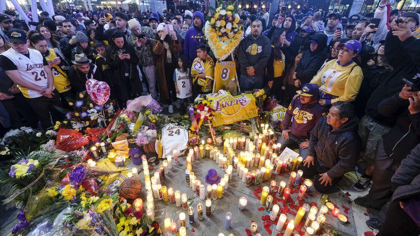 Abschied mit Blumenmeer: Tausende Fans gedenken Kobe Bryant