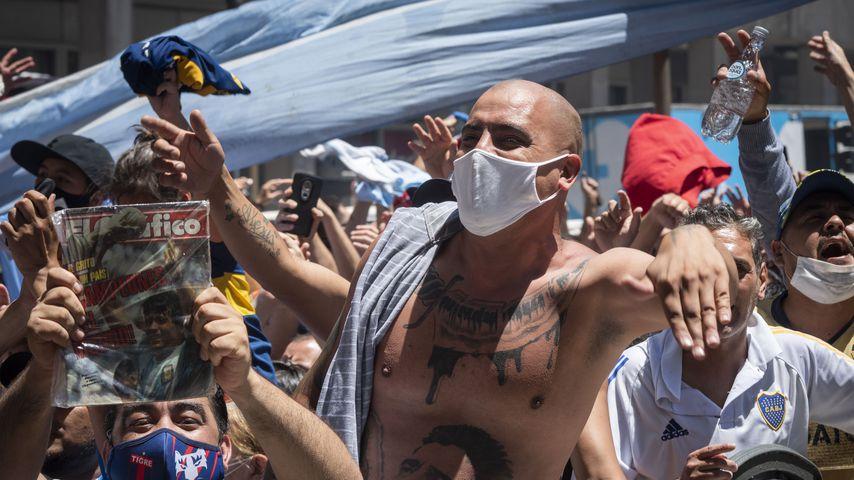 Fans bei der Totenwache von Diego Maradonna