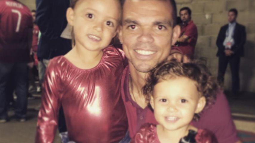 Fußballer Pepe mit seinen Töchtern Angeli Sofi und Emily Moreira Ferreira nach dem EM-Finale in Pari