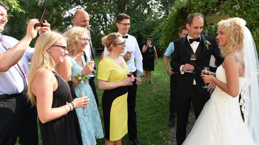 """Steve und Selina mit ihren Gästen bei """"Hochzeit auf den ersten Blick"""""""
