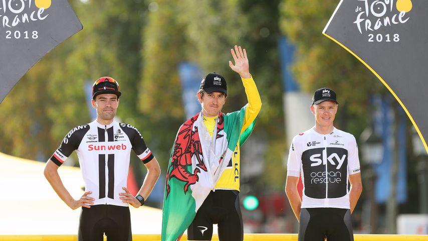 Geraint Thomas, Sieger der Tour de France 2018, mit den Zweit- und Drittplatzierten