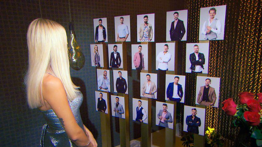 Gerda Lewis schaut auf die Fotos ihrer Bachelorette-Kandidaten
