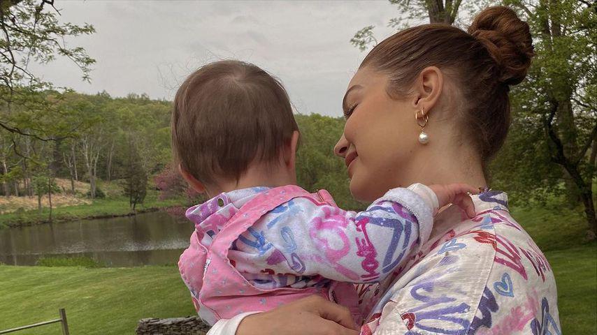 Gigi Hadid mit ihrer Tochter Khai im Mai 2021