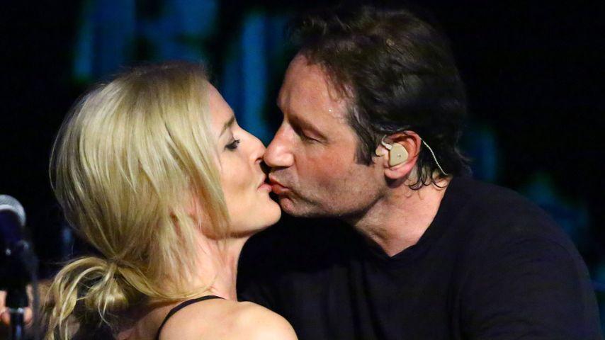 Auf Konzert: David Duchovny & Gillian Anderson küssen sich