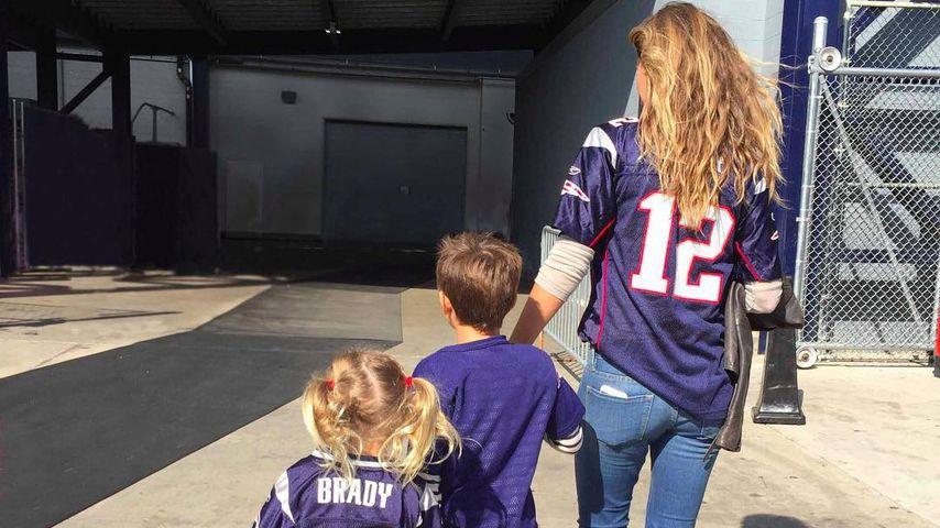 Gisele Bündchen mit ihren Kindern auf dem Weg ins Football-Stadion