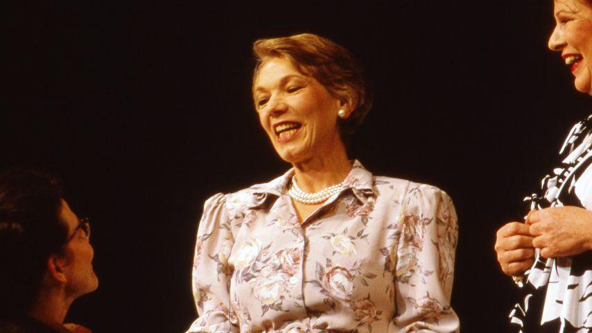 """Grischa Huber (Mitte) bei der Aufführung des Theaterstücks """"Die Stützen der Gesellschaft"""""""