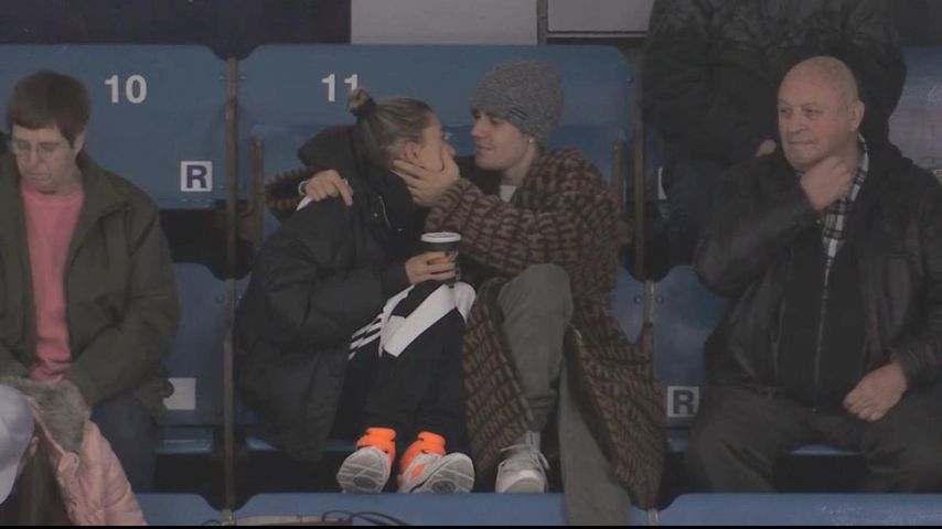 So verliebt! Hailey & Justin Bieber kuscheln beim Eishockey