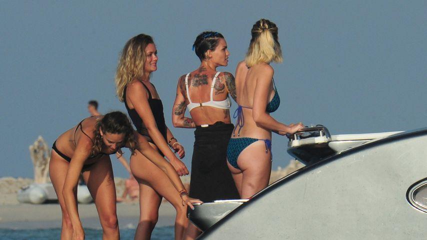 Harley Gusman (Zweite von links) und Ruby Rose (Zweite von rechts) auf einer Bootsfahrt mit Freunden