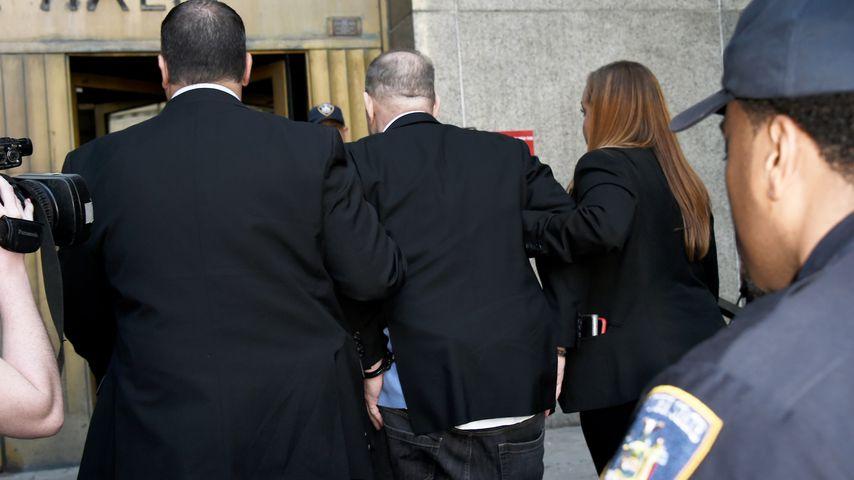 Harvey Weinstein wird von der New Yorker Polizei in Handschellen abgeführt