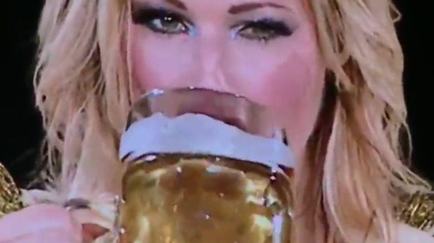 Feuchte Show-Einlage! Hier ext Helene Fischer eine Maß Bier