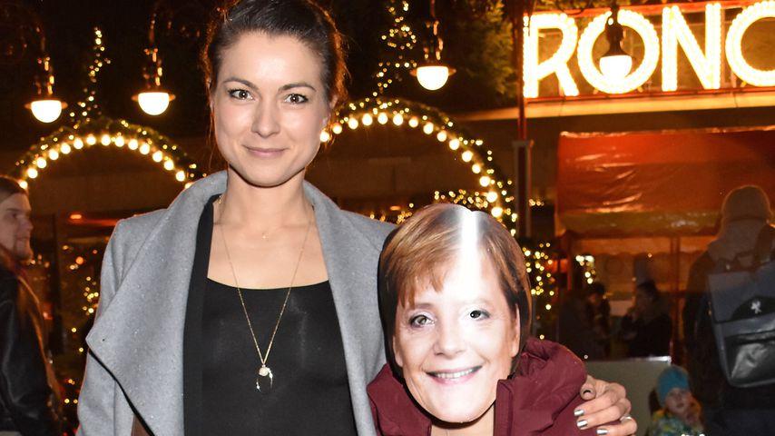 Henriette Richter-Röhls Tochter mit Maske auf dem Red Carpet