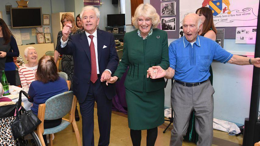 Achtung Charles! Camilla tanzt mit zwei anderen Männern!