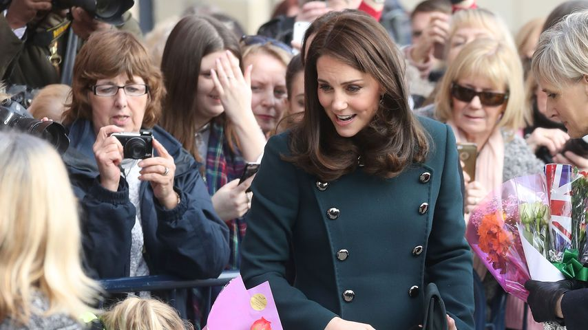 Herzogin Kate bei dem Besuch einer Feuerwache