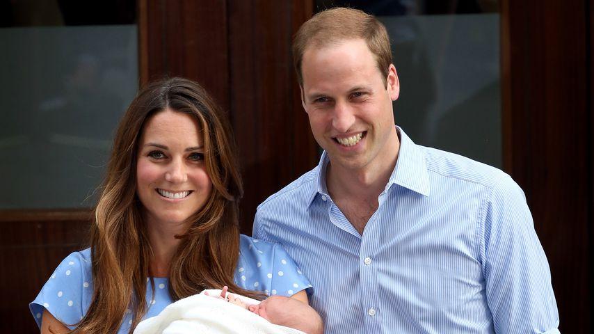 Herzogin Kate und Prinz William mit ihrem Sohn Prinz George vor dem St. Mary's Hospital im Jahr 2013