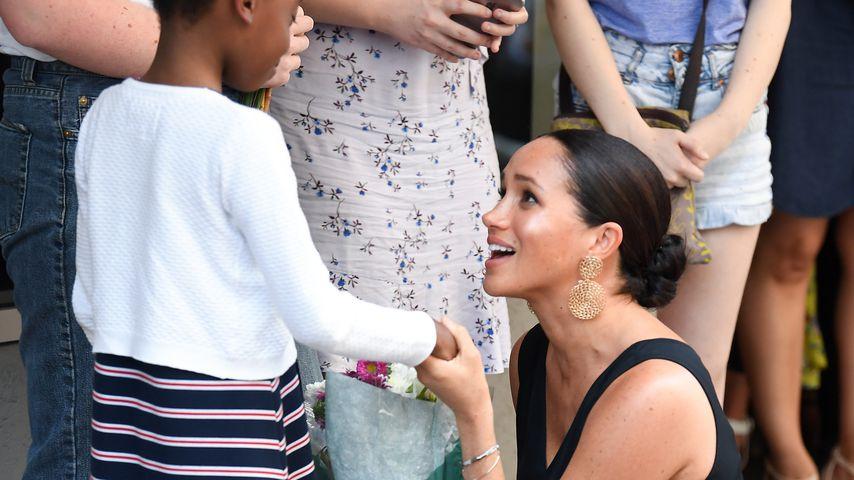 Herzogin Meghan mit einem Fan in Südafrika 2019