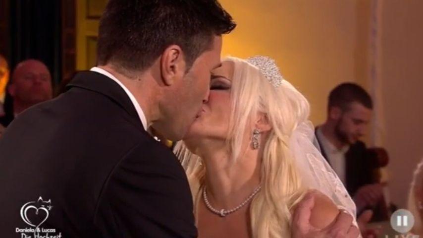 1. Kuss als Ehepaar: So innig knutschen Daniela & Lucas