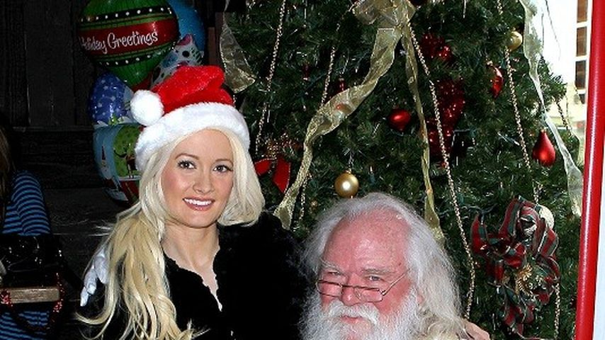Holly Madison sitzt auf Santas Schoß