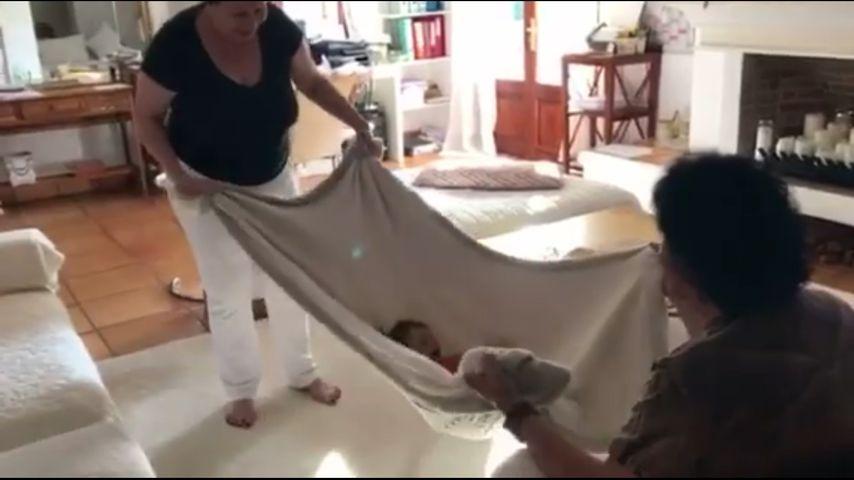 Süß! Oma & Opa Cordalis spielen Decken-Schaukel für Sophia